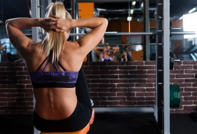 腹筋トレーニングをする女性の画像