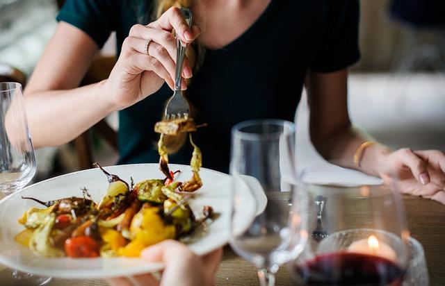 食事を楽しむ画像